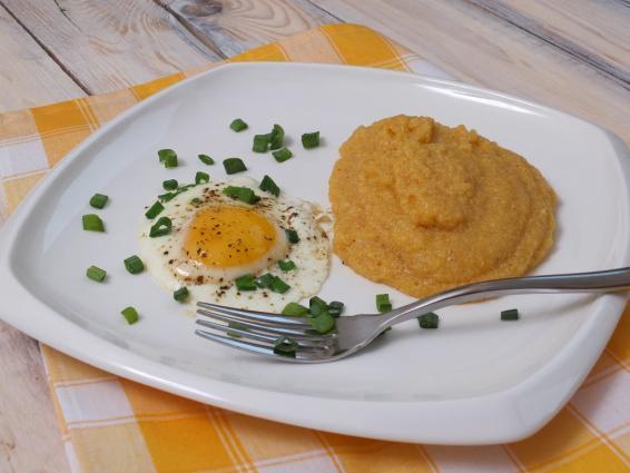 kasza kukurydziana z jajkiem